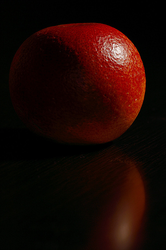 2.1 apparent light size -- blood orange(s) by Flickr user JonathanCohen : specular lighting photography - www.canuckmediamonitor.org
